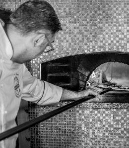 mastro pizzaiolo inforna pizza napoletana